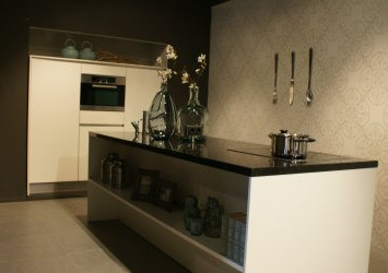 moderne keuken met eiland showroomkeukenstunt. Black Bedroom Furniture Sets. Home Design Ideas